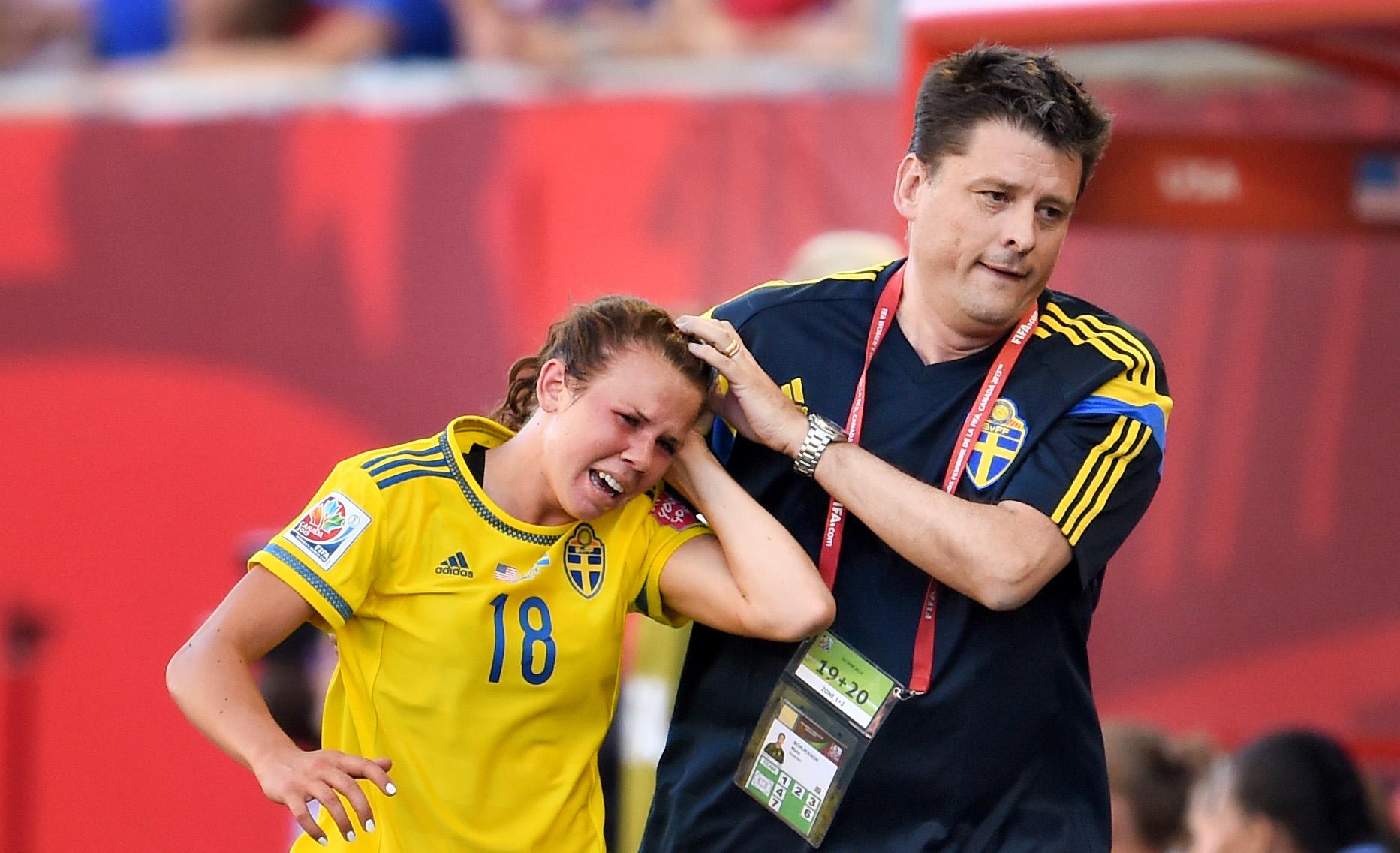 150612 Sveriges Jessica Samuelsson fŒr ett sŒr bandagerat av lŠkare Mats Bšrjesson under fotbollsmatchen i VM mellan USA och Sverige den 12 juni 2015 i Winnipeg. Foto: Carl Sandin / BILDBYRN / kod CS / 57685