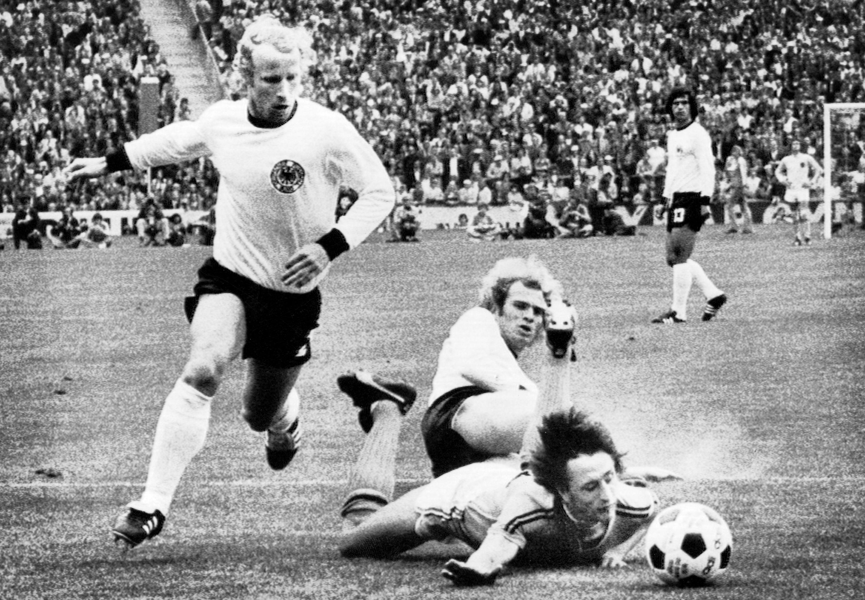 740707 Fotboll, VM, Final, VŠsttyskland - Holland: Uli Hoeness, VŠsttyskland fŠller Johann Cruyff, Holland © BildbyrŒn - Cop 45
