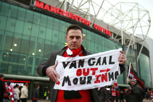 "151228, Fotboll, Premier League Football Soccer - Manchester United v Chelsea - Barclays Premier League - Old Trafford - 28/12/15 Manchester United fan outside the stadium before the game with a banner referring to Louis van Gaal and Jose Mourinho Action Images via Reuters / Jason Cairnduff Livepic EDITORIAL USE ONLY. No use with unauthorized audio, video, data, fixture lists, club/league logos or ""live"" services. Online in-match use limited to 45 images, no video emulation. No use in betting, games or single club/league/player publications. Please contact your account representative for further details. © BildbyrŒn - COP 7 - SWEDEN ONLY"