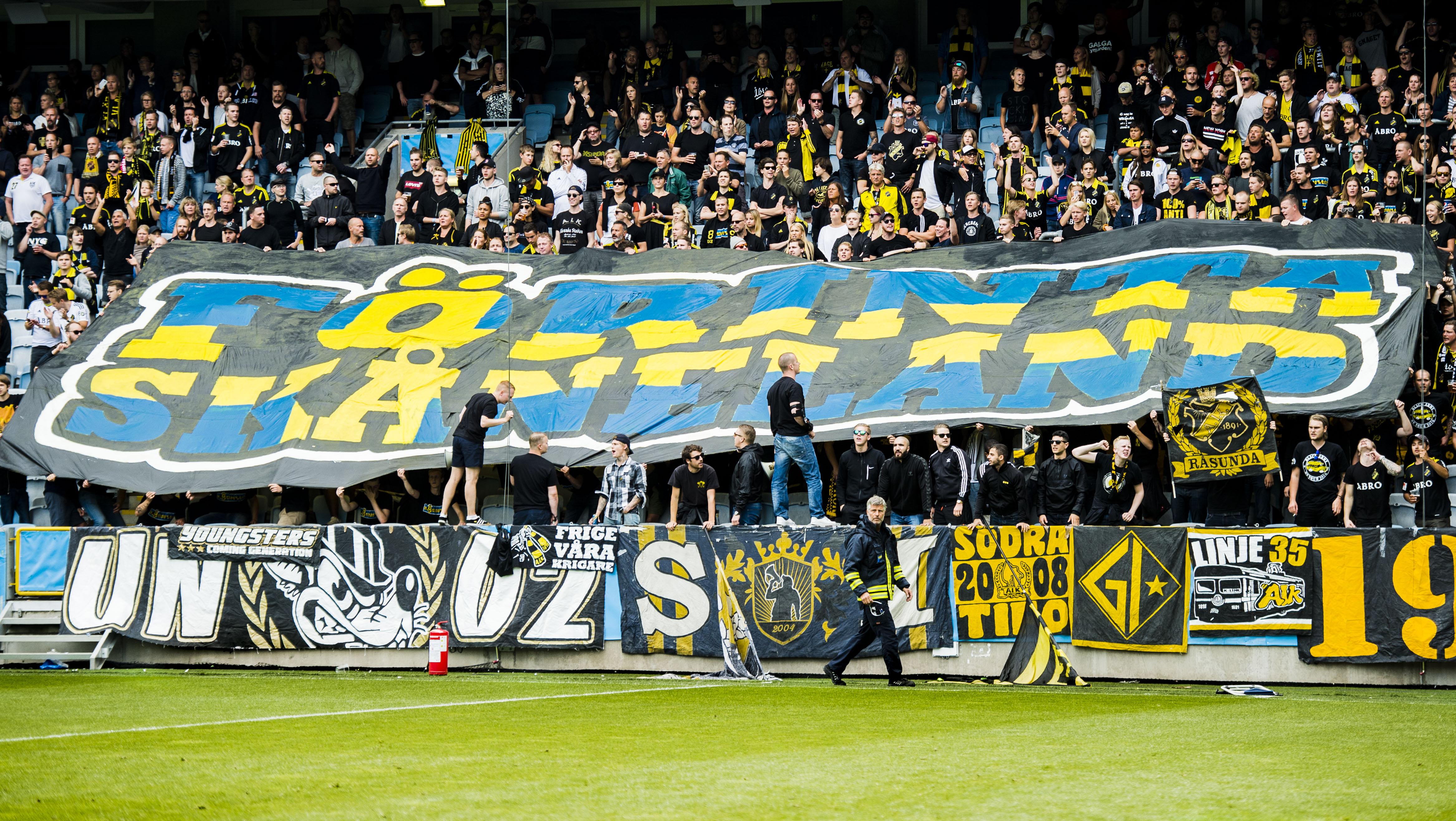 160807 AIK s supportrar hŒller upp en banderoll med texten fšrinta  skŒneland under fotbollsmatchen i da41806452e93