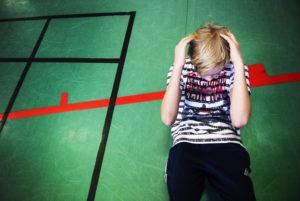 Elev gör situps under en idrottslektion i skolan.